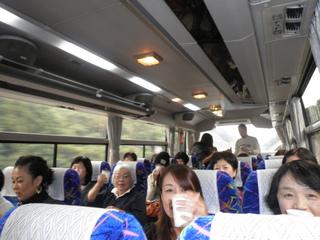バスの中で乾杯.JPG